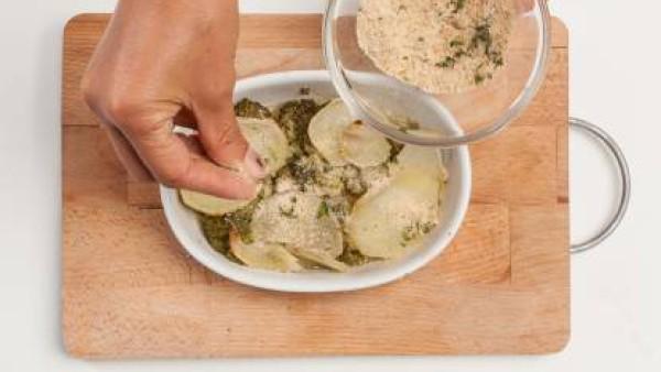 Cubre las verduras con el caldo hecho con Avecrem. Espolvorea la superficie con pan rallado y cuece en el horno durante 25 minutos.