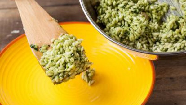 Cuando esté cocido, espolvorea con queso rallado y pimienta molida. Sirve el arroz con espinacas.