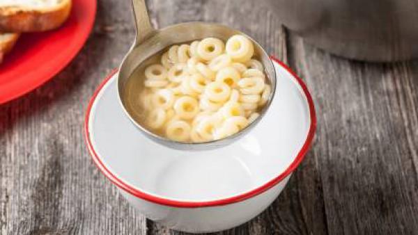 Cuando esté cocida, agrega el queso rallado y el romero fresco; y sirve el plato caliente.