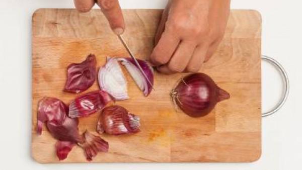 Pela la cebolla y pícala finamente. En una sartén, dórala con 1 cucharada de aceite de oliva hasta que esté casi transparente; pon pimienta y deja reposar.