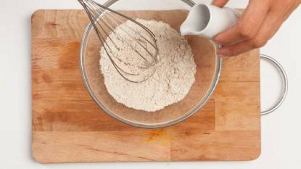 En un bol, tamiza la harina de castañas, agrega la clara de huevo previamente batida y el caldo preparado con el Avecrem. Revuelve bien hasta que la mezcla esté suave.