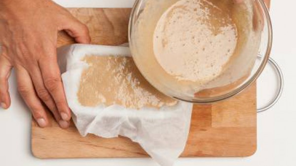 Vierte la harina de castaña en un molde para pan recubierto con papel de horno y hornea durante 10 minutos a 180 ° C. A continuación, saca del horno, cubre con la cebolla y hornea de nuevo durante 10