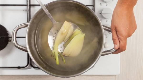 En una olla grande, cocina el hinojo en 2 tazas de caldo. Al final de la cocción, escurre y luego colócalos en una fuente de horno ligeramente engrasada. Precalienta el horno a 200 ° C.