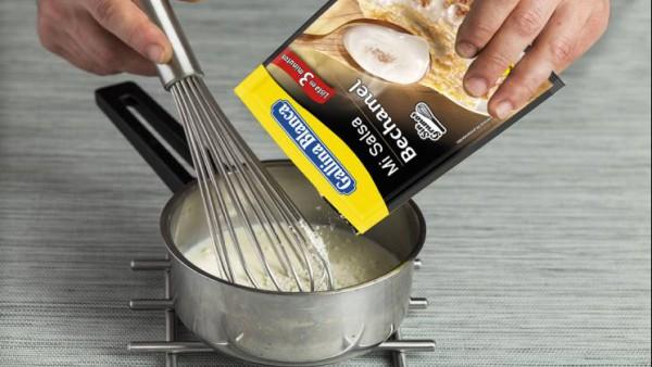 Por separado, prepara Mi Salsa Bechamel siguiendo las indicaciones del sobre. Añade un poco de queso rallado para que sea más sabroso. Vierte la salsa sobre el hinojo, cubre la superficie con rebanada