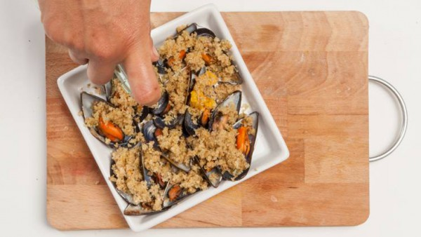 Quítales la parte superior de la concha y dispón los mejillones en una fuente para el horno. Añade el caldo preparado con 1/2 pastilla de Avecrem Verduras -30% de sal y el vino blanco. Cocínalo durant