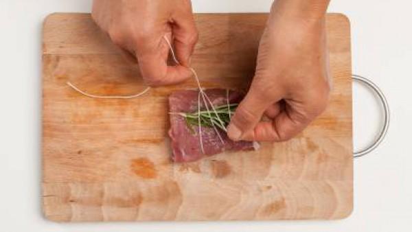 Prepara el filete de cerdo atándolo con una ramita de romero y salvia. En una sartén, saltea 1 diente de ajo con el aceite de oliva virgen extra; añade el lomo de cerdo y el Avecrem Dúo Guisos de Carn