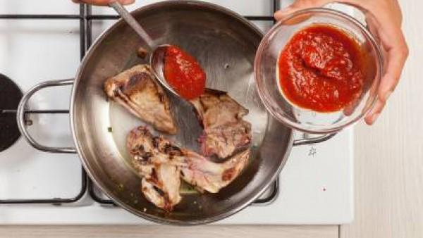 Después de unos minutos, vierte el tomate frito y cocina por otros 20 a 25 minutos. Si es necesario, añade un poco de agua. Cuando casi esté cocido, agrega la sal y la pimienta.