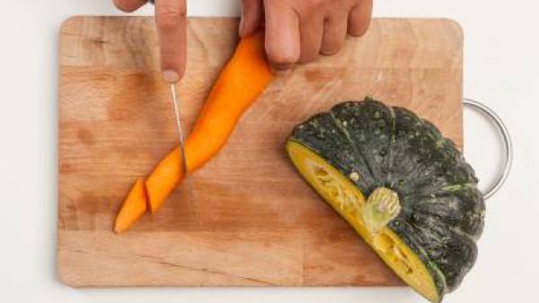 Limpia la calabaza y pela las zanahorias. Corta las verduras en trozos no muy pequeños.