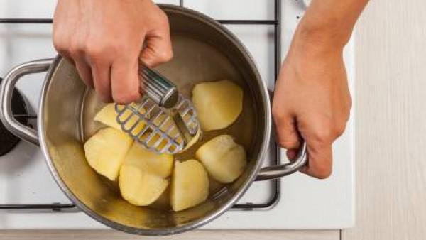 Cuando las patatas estén bien cocidas, machácalas haciendo un puré. Vierte el puré en el caldo y pásale la licuadora para que se unifique. Añade el queso fresco, reservando un poco para la decoración.