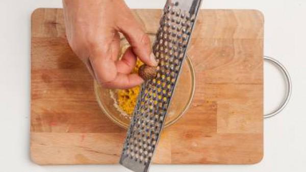 Finalmente, pon un poco de nuez moscada y vierte la mezcla en la sartén con el caldo caliente, mientras lo remueves con un batidor. Cocínalo durante 5 minutos y sirve la sopa con una pizca de pimienta