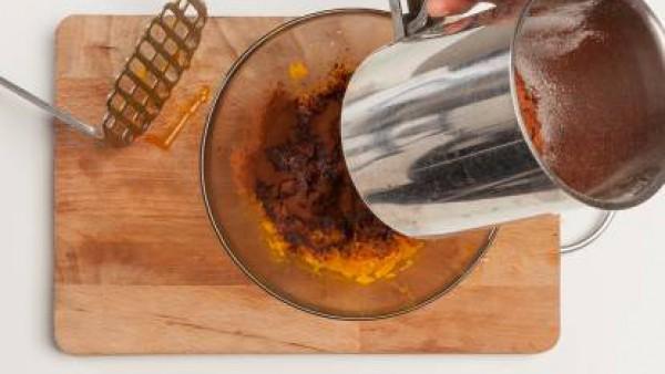 Mezcla la calabaza con el cacao en polvo tamizado, 1 huevo batido y el azúcar moreno. Agrega media bolsita de levadura y dos cucharadas de harina. Finalmente, remueve bien y vierte la mezcla en moldes