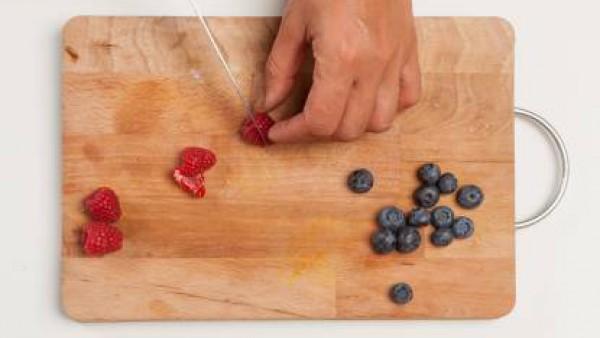 Lava los frutos rojos y corta las frambuesas por la mitad. Por otro lado, prepara una taza de té de frutos rojos. Colóquelos en una bandeja para hornear de plantillas de papel , la combinación de 2 o