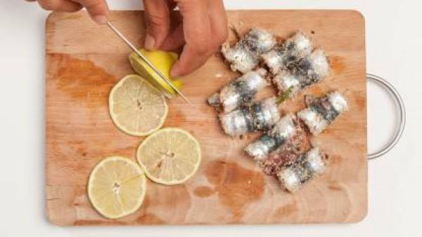 Rellenarla cada sardina con 1 cucharadita del relleno y enróllalas sobre sí mismas.