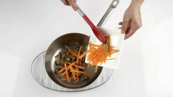 Corta la zanahoria en tiras muy delgadas, añádelas a los champiñones, junto con la hoja de laurel y una pizca de sal.