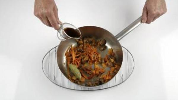 Mezcla el sofrito de verduras con los champiñones y la zanahoria, añade el vinagre de Jerez, deja que se evapore y pon el atún en la misma cazuela.
