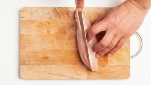 Limpia el pollo retirando la grasa y los nervios. Córtalo a tiras y, luego, a cubos y desmenuza una pastilla de Avecrem Caldo de Pollo. Dora el pollo en una sartén con 1 cucharada de aceite de oliva y