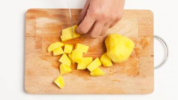 Pela las patatas y córtalas en cubos.