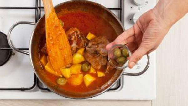 Cocina durante al menos 25 minutos a fuego fuerte y cubre la sartén. Si es necesario, añade agua para evitar que la carne se pegue a la parte inferior de la olla. Agrega sal y pimienta, añade las acei