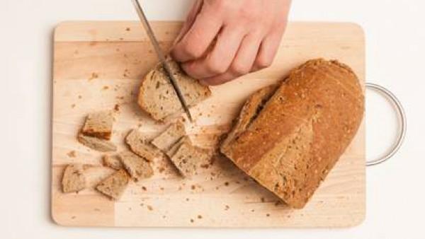 Corta rebanadas de pan de centeno en rodajas de 1 cm. y luego en dados.