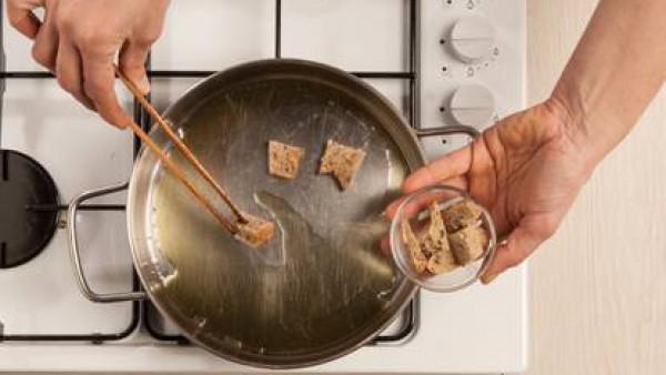 Freír el pan en la sartén con un poco de aceite para obtener los trocitos de pan crujiente. Servir como acompañamiento de verduras.