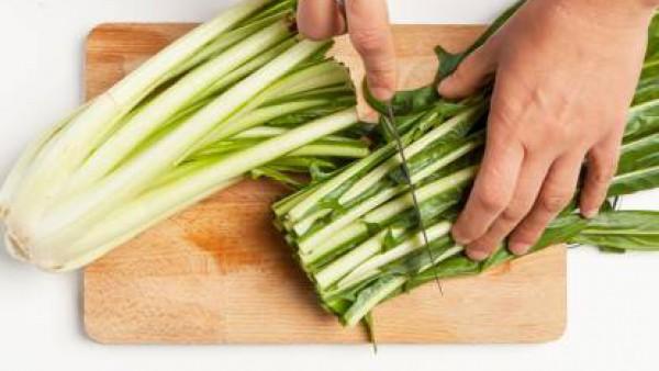 Mientras tanto, limpia la achicoria y córtala en trozos grandes. En una sartén, saltea el ajo con aceite de oliva, añade la achicoria y el Avecrem. Deja que se cocine durante 8 minutos. Tapa la olla y
