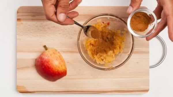 Ralla la manzana y añádele canela en polvo. Mézclalo bien. Por otro lado, separa las yemas de las claras. Bate las claras con una pizca de sal. Prepara el té de limón y deja que se enfríe. Precalienta