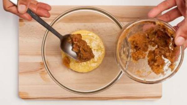 Pon la mantequilla en un bol, añade el azúcar y las yemas de huevo. A continuación, incorpora a la mezcla la manzana con canela, la harina, la levadura y el té.