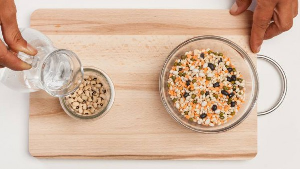 En una olla grande, deja freír la zanahoria y la cebolla en aceite de oliva. Añade las legumbres y el Caldo Casero de Verduras 100% Natural y cocínalo a fuego lento durante 25 minutos .