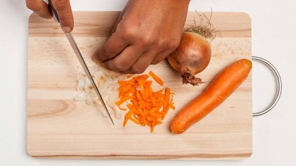 Remojar las judias de ojo negro en agua fría durante 5/6 horas. Por separado, limpia y picar finamente la cebolla y la zanahoria.