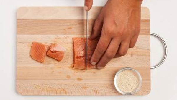Corta el salmón en trozos, y pásalo por las semillas de sésamo. Luego, colócalos en una sartén con un poco de aceite de oliva virgen extra bien caliente y dóralos.