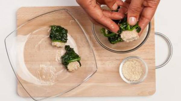Al final de la cocción, coloca en los platos de servir y recubre cada trozo de salmón con las espinacas, asegurándote de dejar un extremo descubierto de las extremidades del pescado.