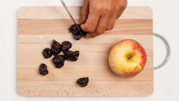 Agrega el ajo y las ciruelas cortadas en trozos. Dora la carne por ambos lados y luego agrega el Avecrem.