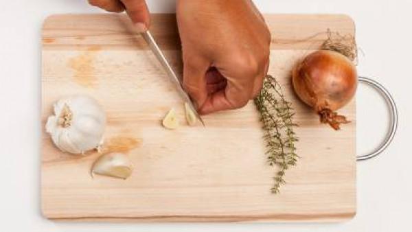 En una cacerola grande, prepara un sofrito con cebolla, ajo y 1 cucharada de aceite de oliva. Añade las verduras, 1 vaso de agua y la pastilla de Avecrem Dúo Legumbres Estofadas. Cocina a fuego lento