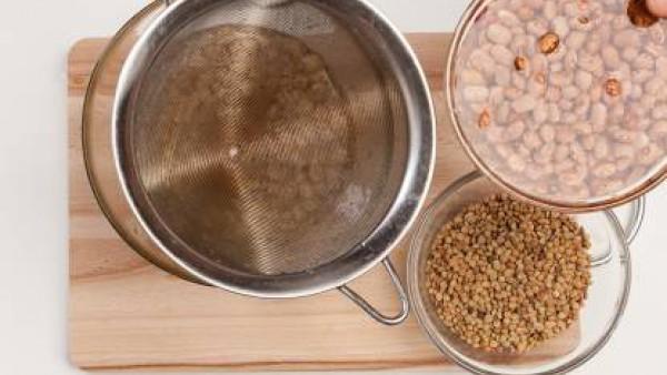 Coloca los frijoles y garbanzos secos en dos cuencos; a continuación, cubre con agua fría. Deja las legumbres en remojo durante al menos 5 horas, después escurre bien. Enjuaga lentejas para eliminar l