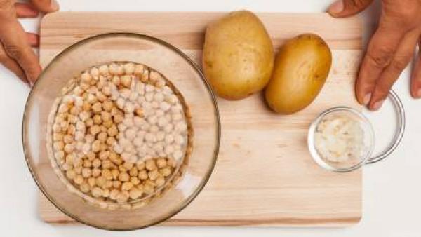 En un bol, dispón los garbanzos en abundante agua; deja en remojo durante al menos 5/6  horas o el tiempo indicado en el envase. Por otra parte, limpia los mejillones: quítales la barba y lávalos bien