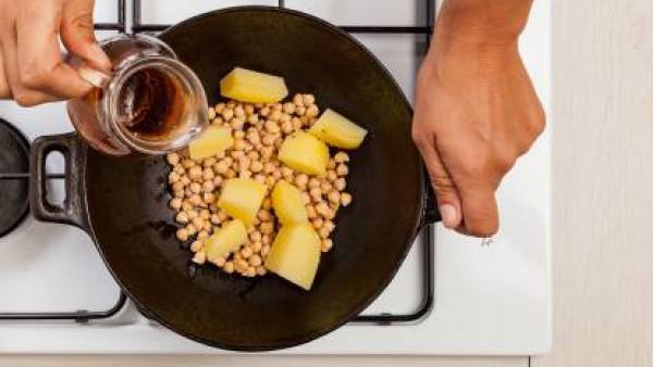 En una olla grande, cocina los garbanzos y las patatas con una hoja de laurel, agua y 1 pastilla de Avecrem Verduras -30% de Sal desmenuzada durante 30 minutos.