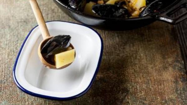 Al final de la cocción añade la sal, pimienta, y escurre el exceso de caldo y añade los mejillones directamente en la olla. Tapa y deja que se abran los mejillones. A continuación, coloca los platos y
