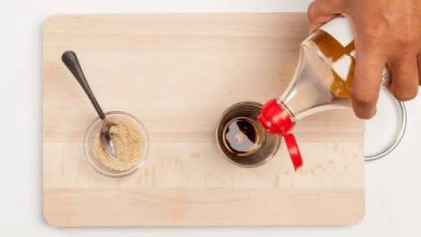 Prepara la salsa para sazonar. Mezcla la salsa de soja, el azúcar y el mirin. Si no tienes mirin puedes sustituirlo por vinagre de arroz.