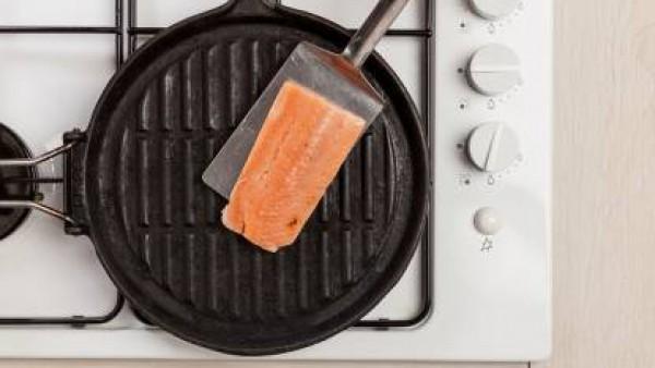 Por separado, dora en la sartén los filetes de salmón a la parrilla con el Avecrem. Después mezcla con la salsa y cocina por otros 3 o 4 minutos.