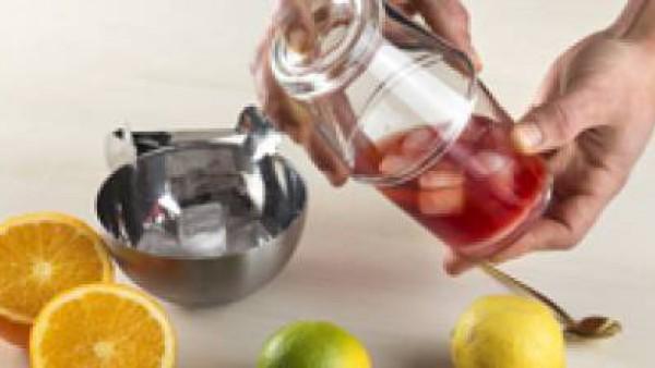 Sacudir en una coctelera para mezclar bien y servir