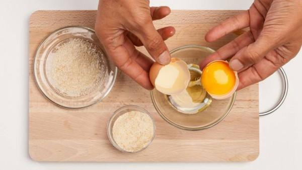 Cómo preparar acelgas con yemas rebozadas. Paso 1