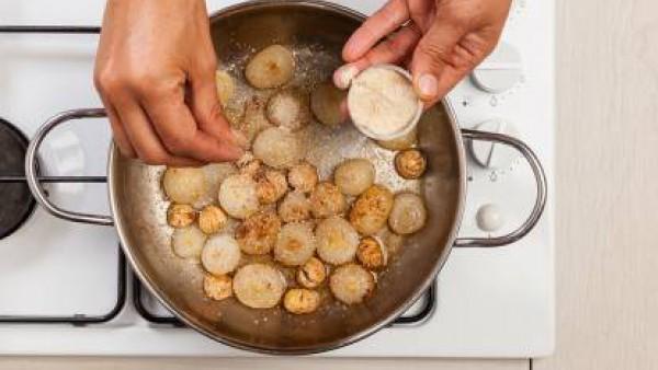 Después de unos minutos, vierte el Caldo Casero de Verduras 100% Natural y cocínalo otros 20 minutos. Sazona con pimienta, retira del fuego y sirve las cebollas.