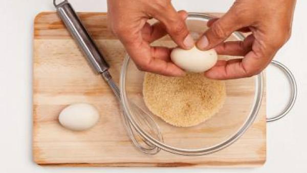 En un bol, vierte la harina, el azúcar, 1 cucharada de levadura, 1 huevo y 2 cucharadas de aceite de oliva virgen. Amasa los ingredientes hasta obtener una pasta suave y deja reposar la masa durante 1