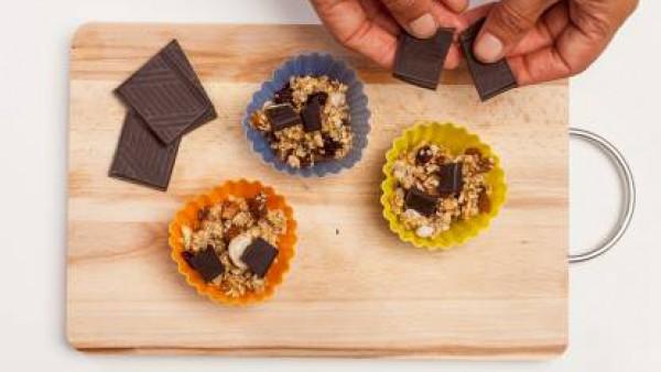 Añade unos trozos de chocolate negro a los moldes. A continuación, pon los moldes en el horno durante 10 minutos. Después de la cocción, dejar el crocante en un lugar seco y fresco hasta que se enfríe