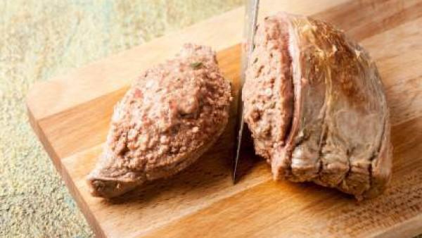 Después de cocinar, deja enfriar la carne en una olla tapada; luego córtala en rodajas de ½ cm de espesor. Sirve acompañado de cebollas.
