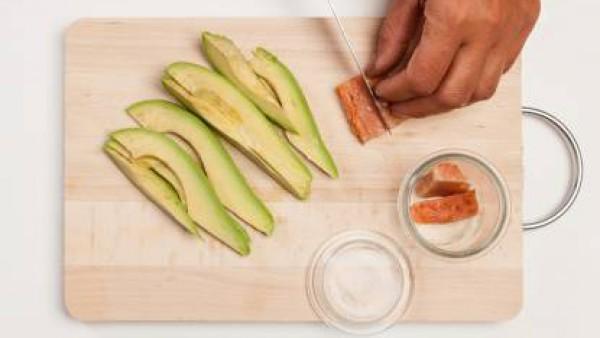 Por otra parte, corta en dados el salmón y saltéalos por unos minutos en la sartén con Caldo Casero de Verduras 100% Natural. Escurre los trozos de salmón, conserva el caldo, y coloca los trozos de pe