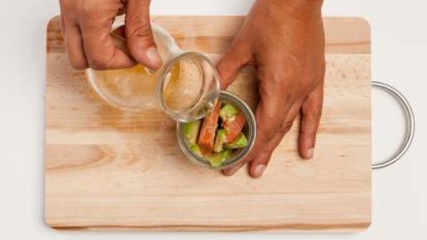 Hierve el caldo que has utilizado para cocinar el salmón y vierte el agar agar durante 2 minutos. A continuación, apaga el fuego y deja enfriar. Vierte el agar agar en los frascos de vidrio y coloca e