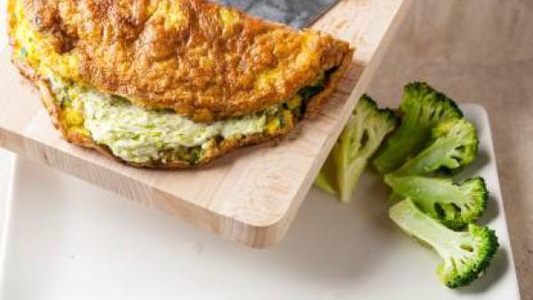 Rellena la tortilla con la mezcla de pesto y queso y sirve con cebollino picado.
