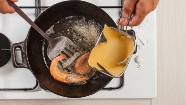 En un wok, fríe en aceite vegetal, en orden, las verduras y después el pescado. Escurre y sirve.