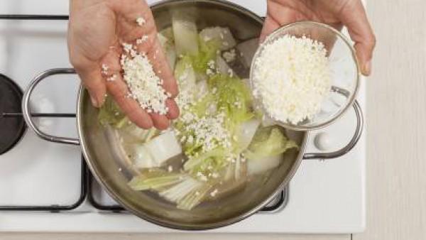 Saltea la col con 1 cucharada de aceite de oliva y 1 pastilla de Avecrem Caldo de Pollo. Por separado, mezcla el queso feta o requesón y añade a la col.  Mezcla bien, a continuación, añadir 4 cucharad